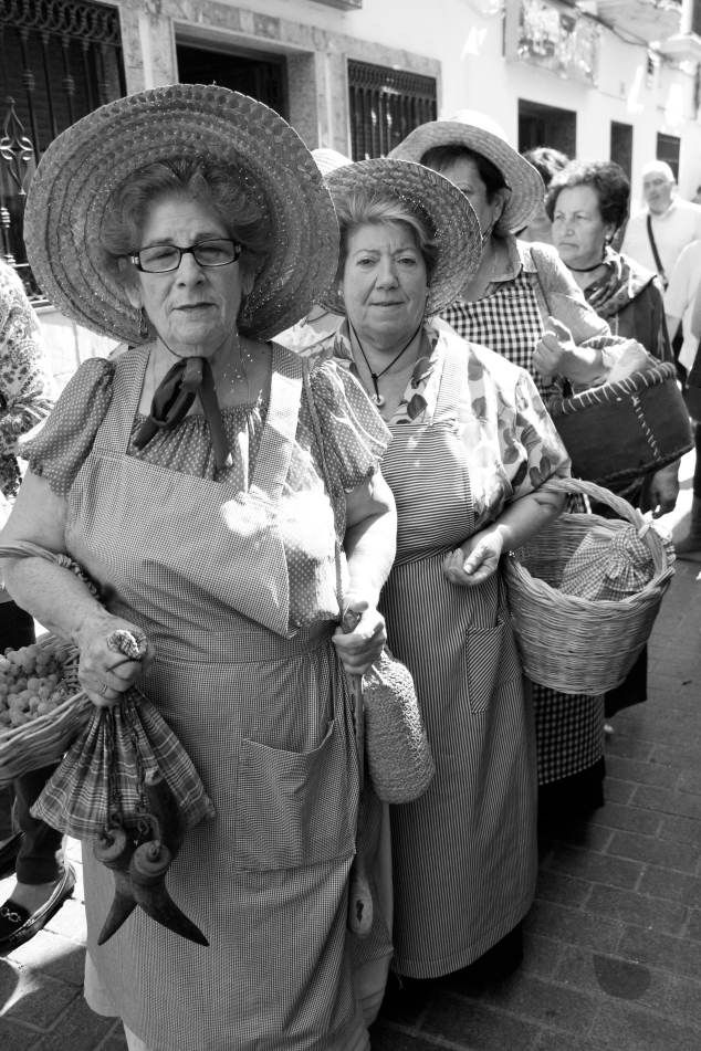Mujeres con vestidos típicamente de la zona
