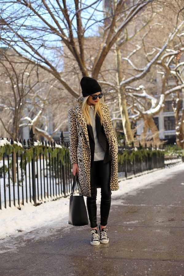 Outfit abrigo y sneakers